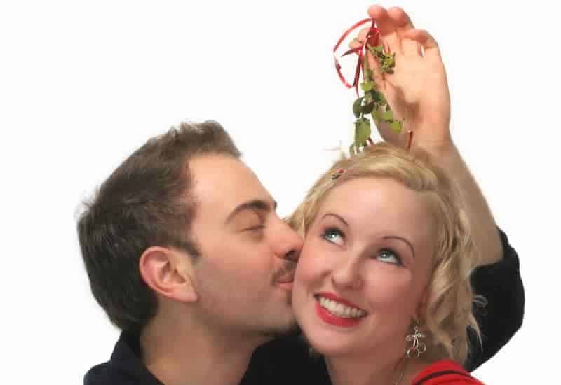 kissing-under-the-mistletoe1-min