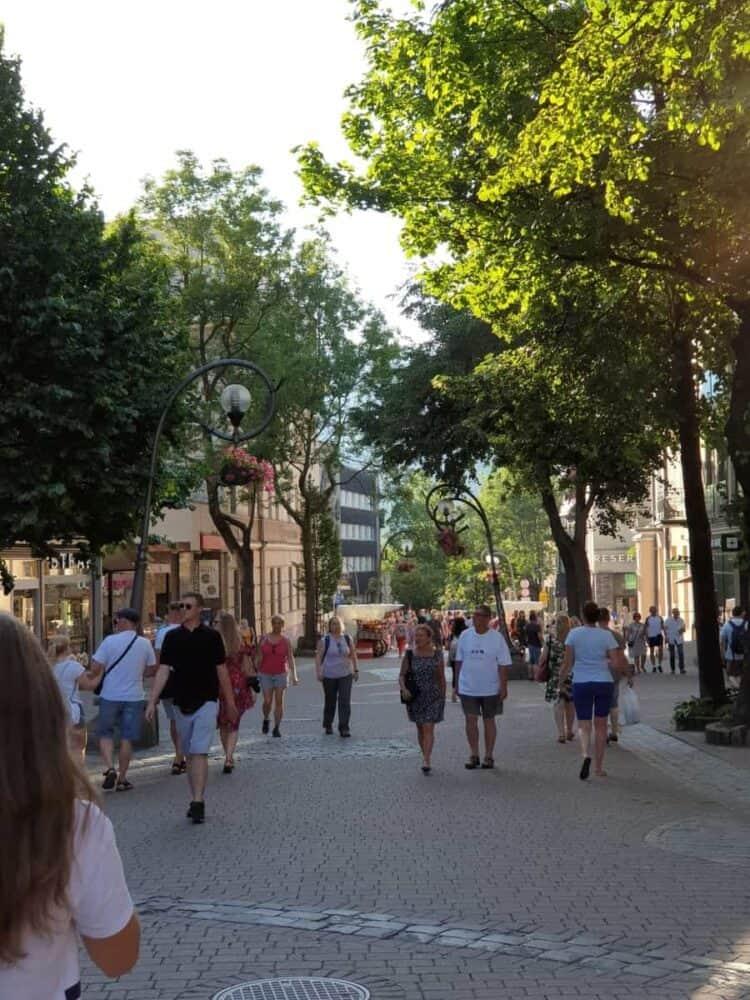 krupowki-street-zakopane-min